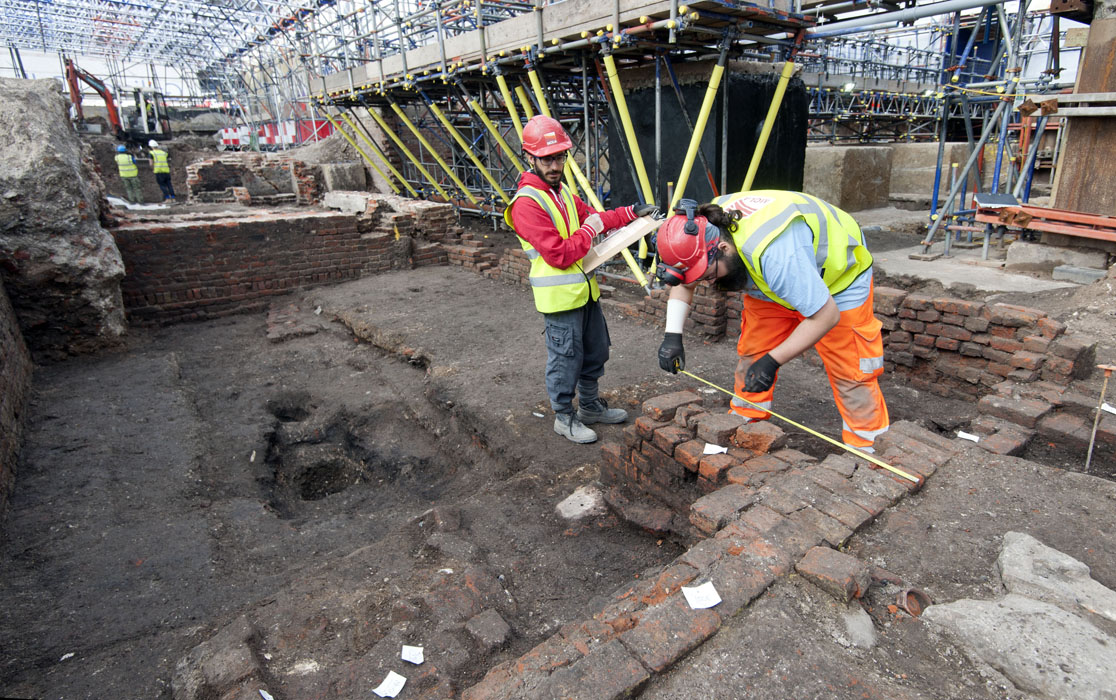 Archaeologists record the remains of the Curtain theatre which appears to be rectangular (c) MOLA