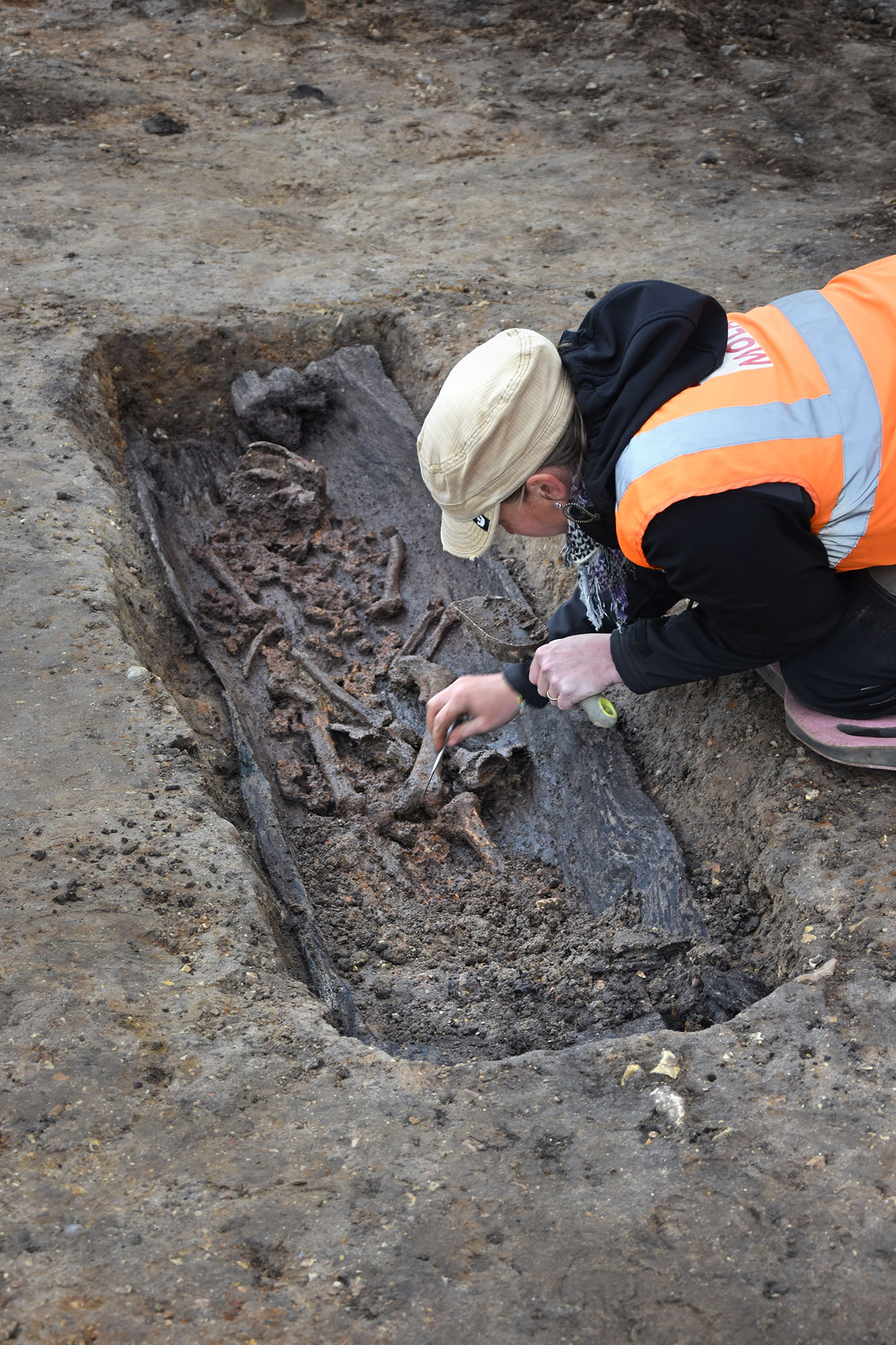 MOLA Archaeologist excavates human remains at great Ryburgh (c) MOLA
