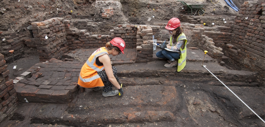 Archaeologsists excavating the Curtain theatre (c) MOLA