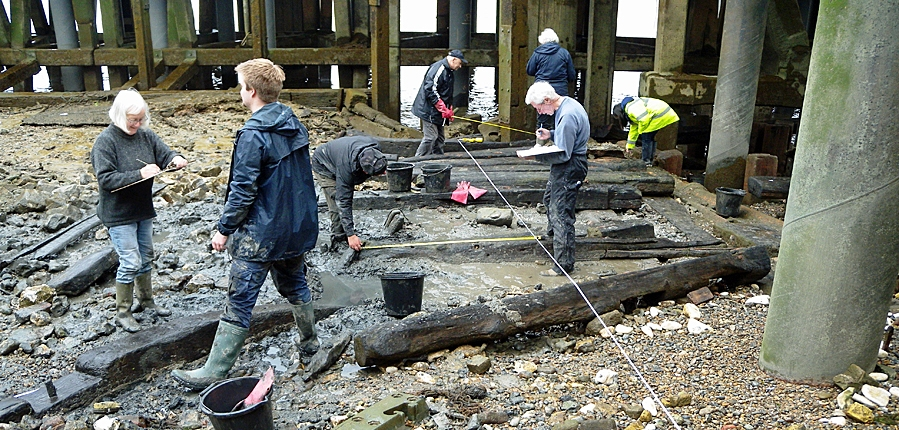 The Thames Discovery Programme on the Deptford foreshore (c)Thames Discovery Programme