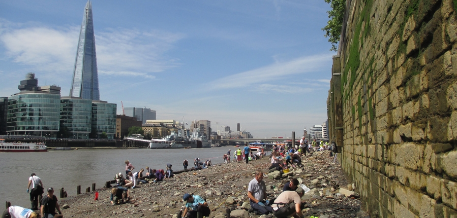 Tower of London open foreshore event (c) Thames Discovery Programme