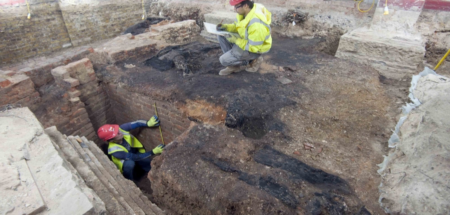 MOLA Archaeologists on site at St Barts (c) MOLA
