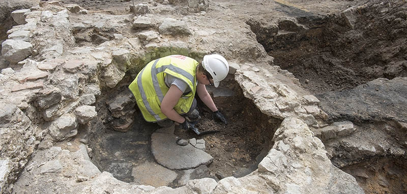 MOLA archaeologists excavate evidence of Burbage's remodelling of Holywell Priory buildings (c) MOLA