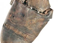 Tudor shoe from excavations at the Rose Theatre (c) MOLA