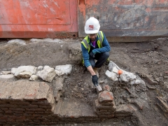 An archaeologist excavating on the site of the Boar's Head Playhouse (c) MOLA