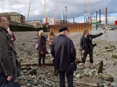 Elliot Wragg of Thames Discovery Programme discuss the foreshore with Archaeology Ambassadors (c) MOLA