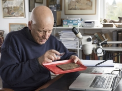 Roger Tomlin, cursive Latin expert, deciphers the Bloomberg tablets (c) MOLA