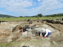 Students and volunteers excavate the Roman town of Iturissa (c) MOLA