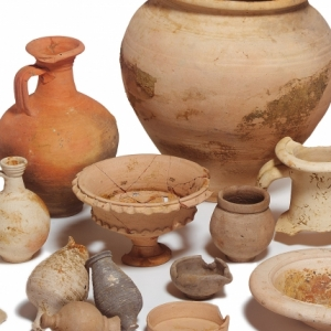 Roman pottery from Moorgate (c) MOLA