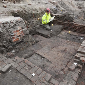 Archaeologists excavate a The Curtain Theatre, Shoreditch (c) MOLA