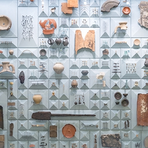 Bloomberg archaeology display case (c) MOLA.