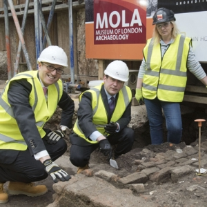 Ed Vaizey visiting the Curtain Theatre archaeology site (c)MOLA