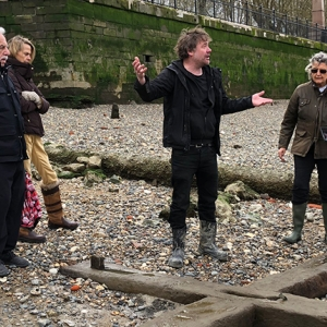 Eliott Wragg leads a tour of the Thames foreshore (c) MOLA.jpg