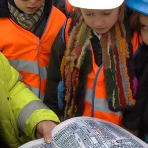 David Sankey teaching children about the archaeology of Stepney Green, London (c) London