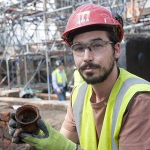 MOLA archaeologist uncovers a complete pot at the Curtain theatre (c) MOLA
