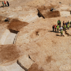 Aerial view of Bronze Age barrow at Andover (c) MOLA