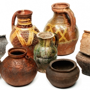 Collectin of medieval pots (c) MOLA